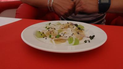 Jeseter marinovaný v citrusech sashimi style, okurky a dressing z černého sezamu