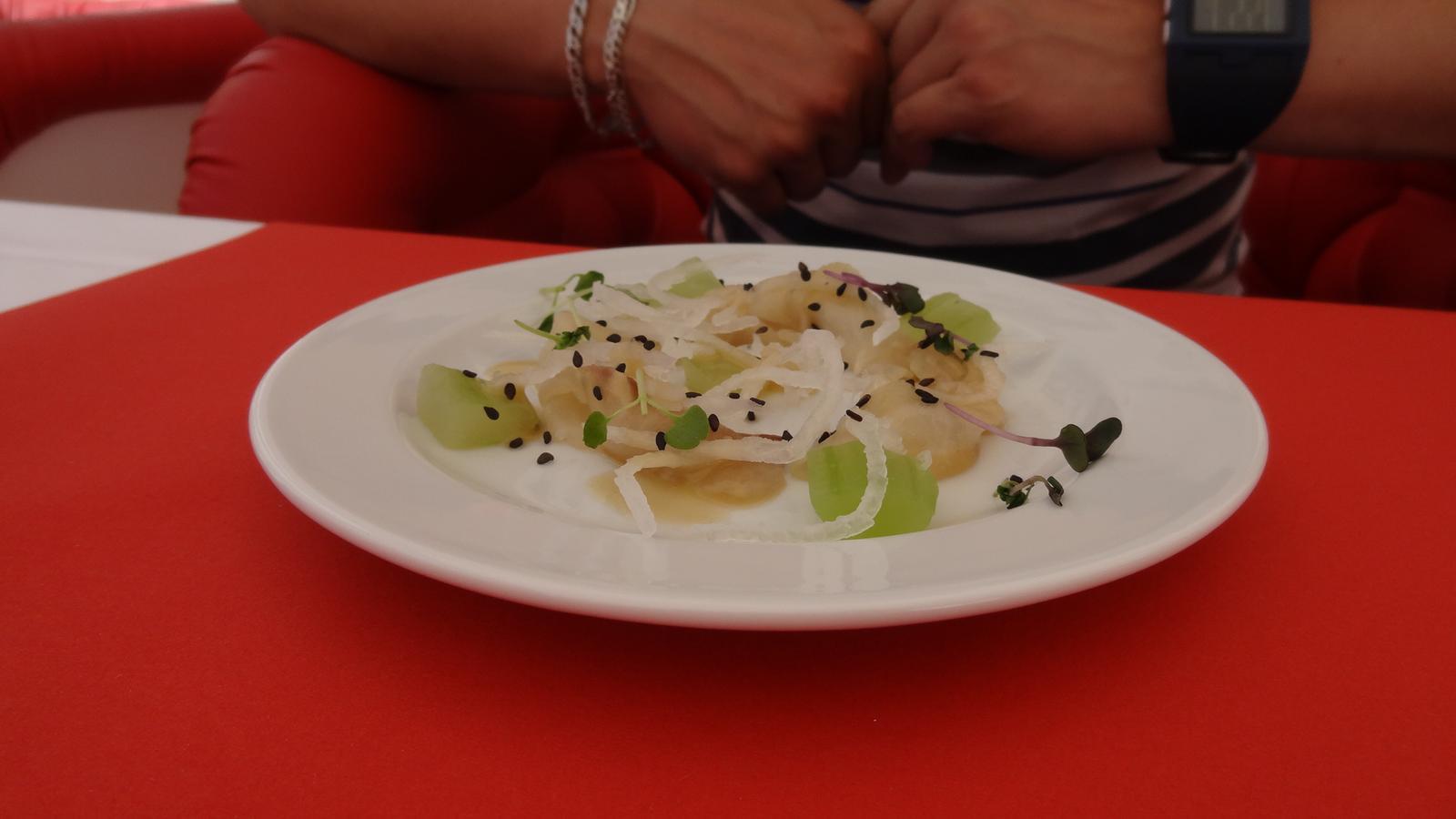 Degustační požitek - Jeseter marinovaný v citrusech sashimi style, okurky a dressing z černého sezamu