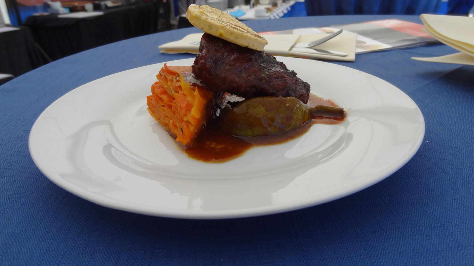 Degustační požitek - Telecí hanger steak, mrkvový gratin s máslem a cardamomem, fíková omáčka, Café de Paris
