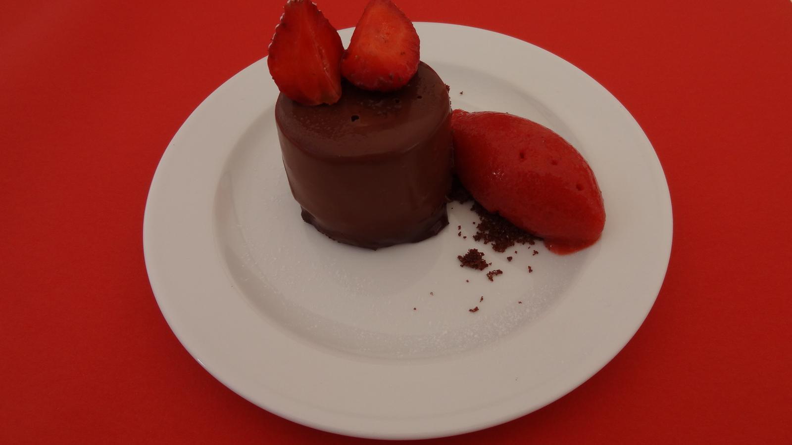 Degustační požitek - Bavarois z mléčné čokolády Jivara, čerstvé jahody a jahodový sorbet