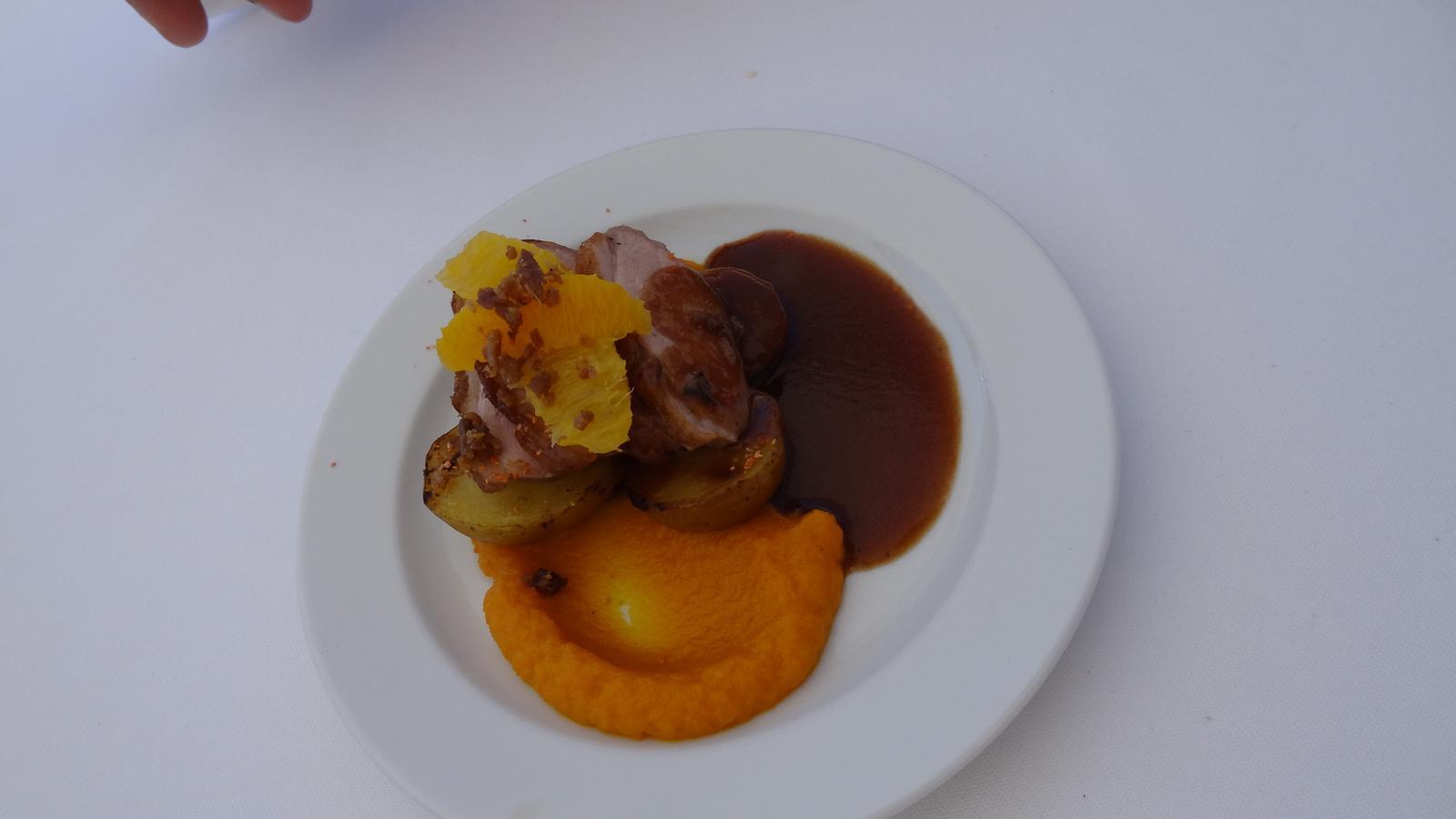 Degustační požitek - Grilované kachní prso, pomeranče, grenaille, vinná redukce