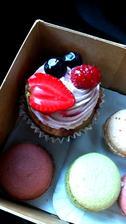 Konečně je venku trošku dýchatelno, tak jsem si dala i něco hříšného, můj první cupcake a asi i poslední, moc mi nejel:-(