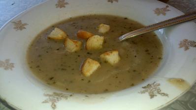 babička mi dnes udělala rybí polévku, tu zbožňuju, ale vidět, jak se dělá, už ji nikdy nesním:D