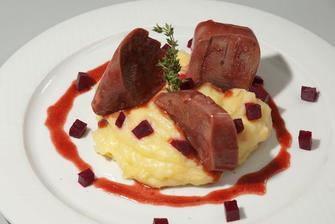 marinovaný hovězí jazyk podávaný s křenovým bramborovým pyré zdobený červenou řepou- lahůdkaa