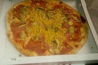 Já moc na pizzu nejsem, ale když přítel říkal, že minulý měsíc jich dělali 1300 kusů a je to ve vesnici, tak jsem si řekla, že bude asi dobrá a byla! Brněnský pizzerky se můžou jít zahrabat!