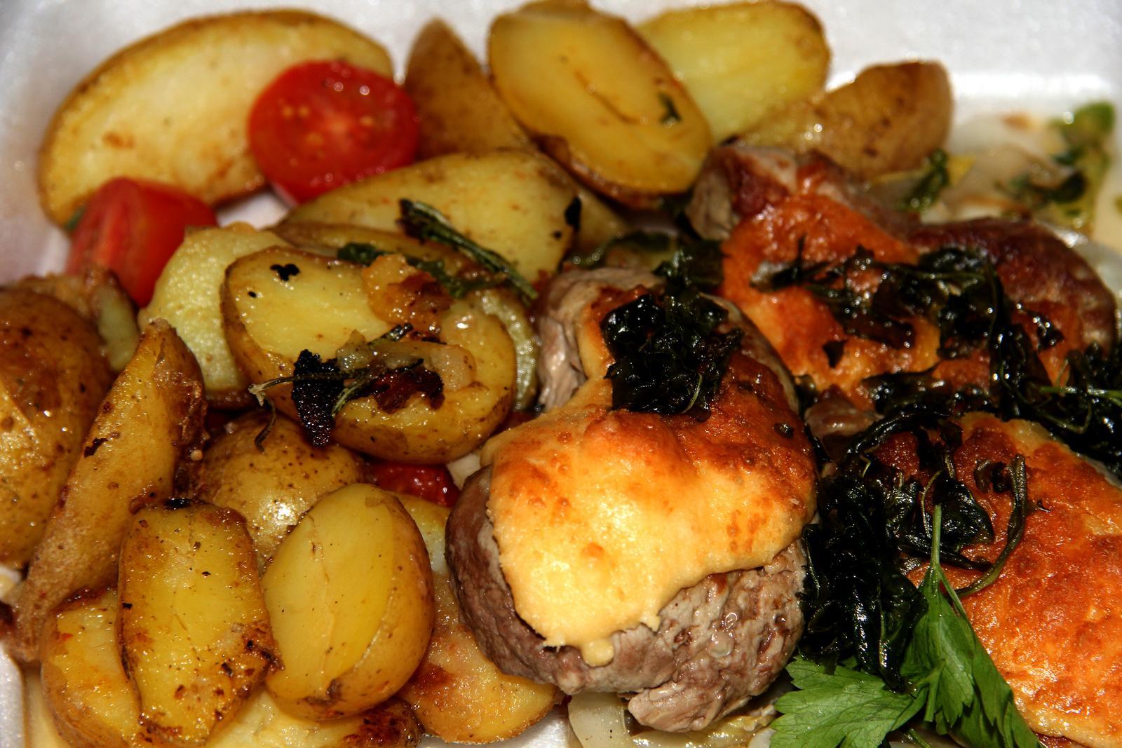 Degustační požitek - medailonky z vepřové panenky marinované v česneku, pečené na grilu v parmezánové krustě, se smaženou rukolou a restovanou čekankou na olivovém oleji a pečené brambory s rozmarýnem a cherry rajčátky