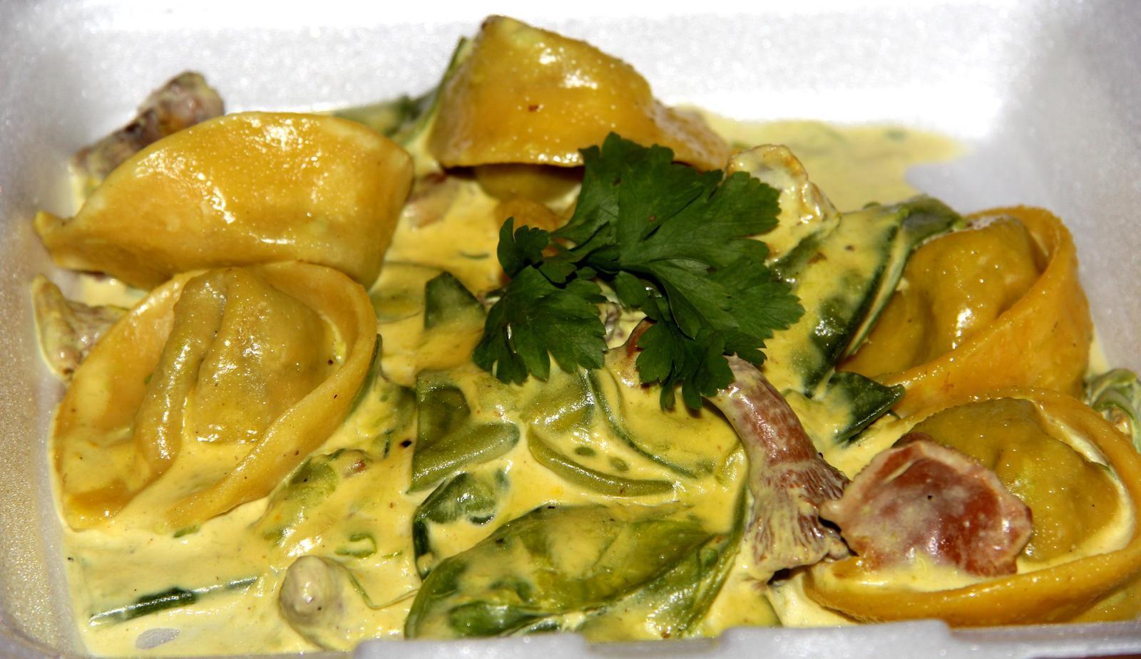 Degustační požitek - domácí houbové tortellini s šafránovou omáčkou z lišek, cukrového hrášku a smetany - FUJ FUJ FUJ FUJ FUJ