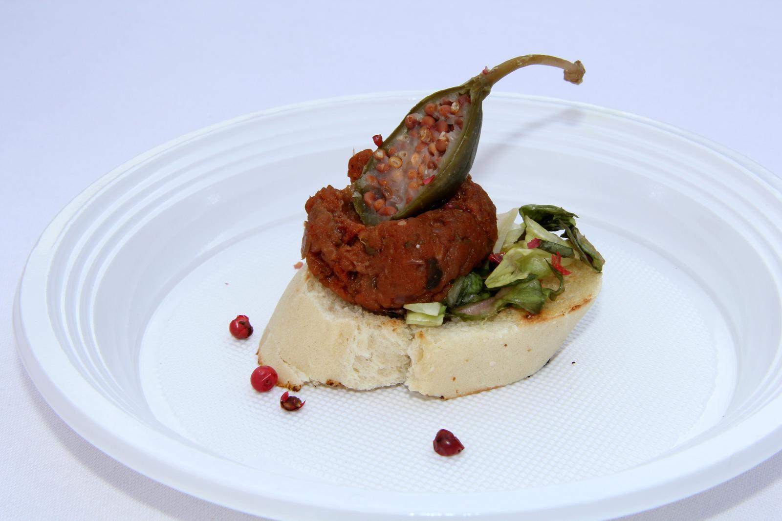 Degustační požitek - Tatarský biftek se šalotkou, kapary, okurkami cornichons, dijonskou hořčicí  a parmazánem, podávaný na opečeném bagetovém toastu  s listovým salátem - dalo se to, ale nějak extra mě to nenadchlo