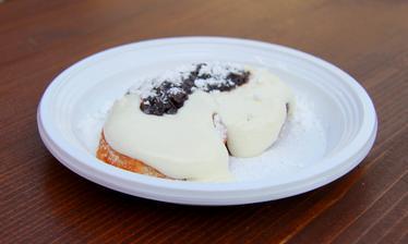 Dozlatova osmažené lívancové placičky, s povidly a vanilkovým krémem - taky dobrůtka, jen já až tak nemusím tvaroh :-D