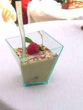 Lískooříškový crème anglaise podávaný s čerstvými borůvkami a malinami v karibském rumu,  zdobený hoblinou čokolády Valrhona - luxuusníí