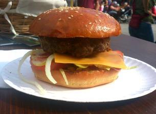 Hovězí mini burger v sezamové bulce s cibulovým čatní a olomouckým tvarůžkem - no lahůdka :-)