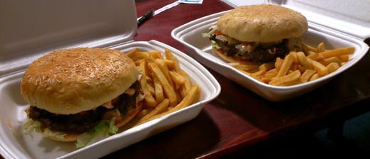 páteční půlnoční svačinka :-D 1+1 zdarma baconburger a cheeseburger, jeden lepší než druhý a já jako dezert jsem měla francouzskou palačinku s marmeládou, šlehačkou a čokoládovou polevou, ale to jsem snědla dřív, než jsem to stačila vyfotit :-D