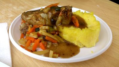 plněná křepelka se zeleninou a šťouchanými brambory - opravdu moc jsem si pochutnala!