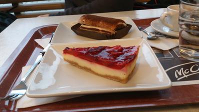 jahodový cheesecake a tiramisu