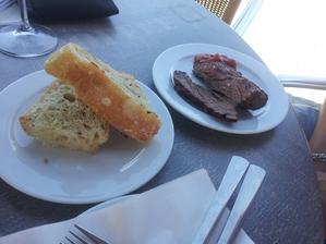 Grilovaný flank steak (plemeno Čestr) na dřevěném uhlí, tomatový jam nebo madeirská omáčka, domácí chléb