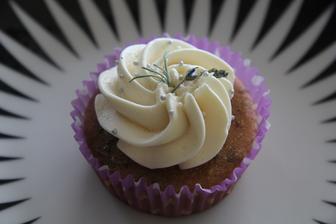 tak dneska jsem si znovu štrádovala do my foodu a vzala si cupcaků víc tento je levandulový, mooc dobrý a dokonce jsem zjistila, že cupcaky jsou veganský, takže vlastně zdravý ;-) :-D