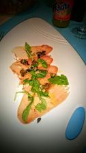 Carpaccio z tuňáka žlutoploutvého, smažené capary, olivová tapenáda a rukola - super