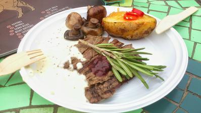 USDA hovězí knuckle steak, relish z granátového jablka a brusinek s balsamikovým octem, tymiánové žampiony, pečené brambory s bylinkovým pestem a cheddarem, omáčka z hrubozrnné hořčice - skvělá kombinace chutí