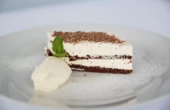 Čokoládový řez plněný vanilkovo–mascarpónovým krémem s nočkem citronové pěny - rozplýval se na jazyku