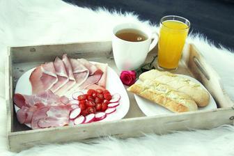 Po romantické večeři následovala ráno snídaně do postele