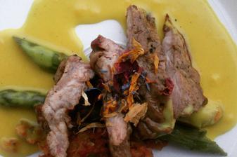 """další pecka vynikající od monte bú - Telecí """"Spider"""" steak na zeleném chřestu s šafránovým velouté a tomatovým nočkem"""