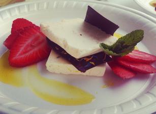 další pecka tentokrát sladkost s lehce pálivou omáčkou perfektní kombinace chutí-- Ovocný parfait s vanilkou bourbon, čerstvými jahodami, čokoládovým masala aphrodite a zázvorovým glazé