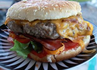 večerní burger podle receptu polreicha, vynikající budeme dělat častěji, hlavně to bylinkový máslo uprostřed masa udělalo skvělou chuť
