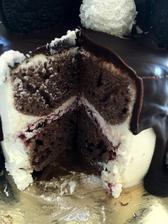a fotka interiéru dorty :-D je vláčný, višňová marmeláda chuť krásně zvýraznila, blaho na jazyku jak říká Raďa :-)