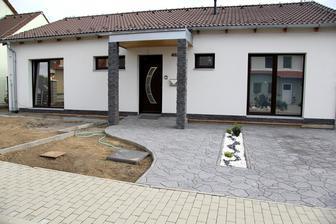 ještě spodek a bude hotovoo a pak se přes zimu rozmyslet, jestli do záhonu vedle chodníku bílé kamínky nebo šedé :-D v záhonech budou jen buxusy