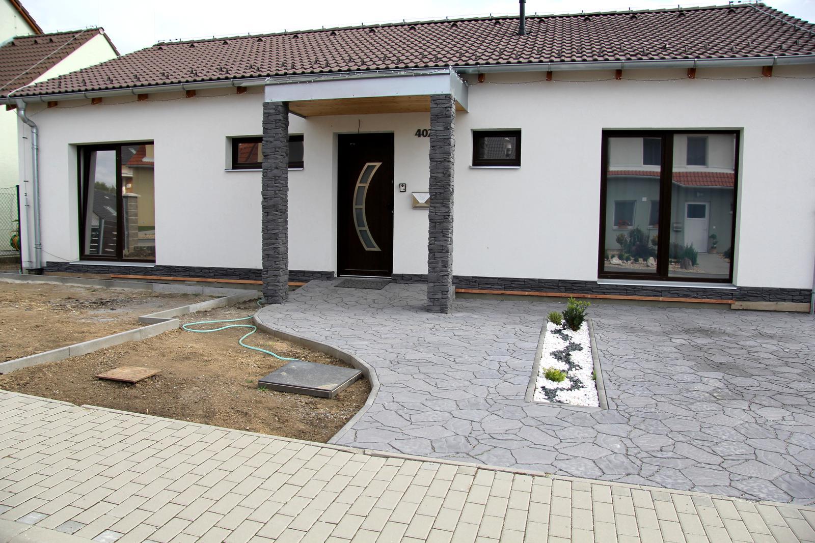 Exteriér domu snů - ještě spodek a bude hotovoo a pak se přes zimu rozmyslet, jestli do záhonu vedle chodníku bílé kamínky nebo šedé :-D v záhonech budou jen buxusy