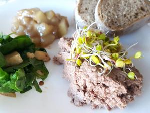 dnes jsme udělala domácí 3 chodovou večeři jako předkrm kachní paštika se salátkem s hruškami a oříšky a hruškové čatní