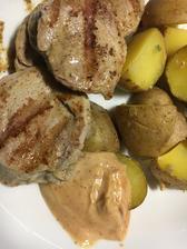 včerejší večeře panenka s pečenými brambory a omáčkou z kečupu, majonezy a hořčice