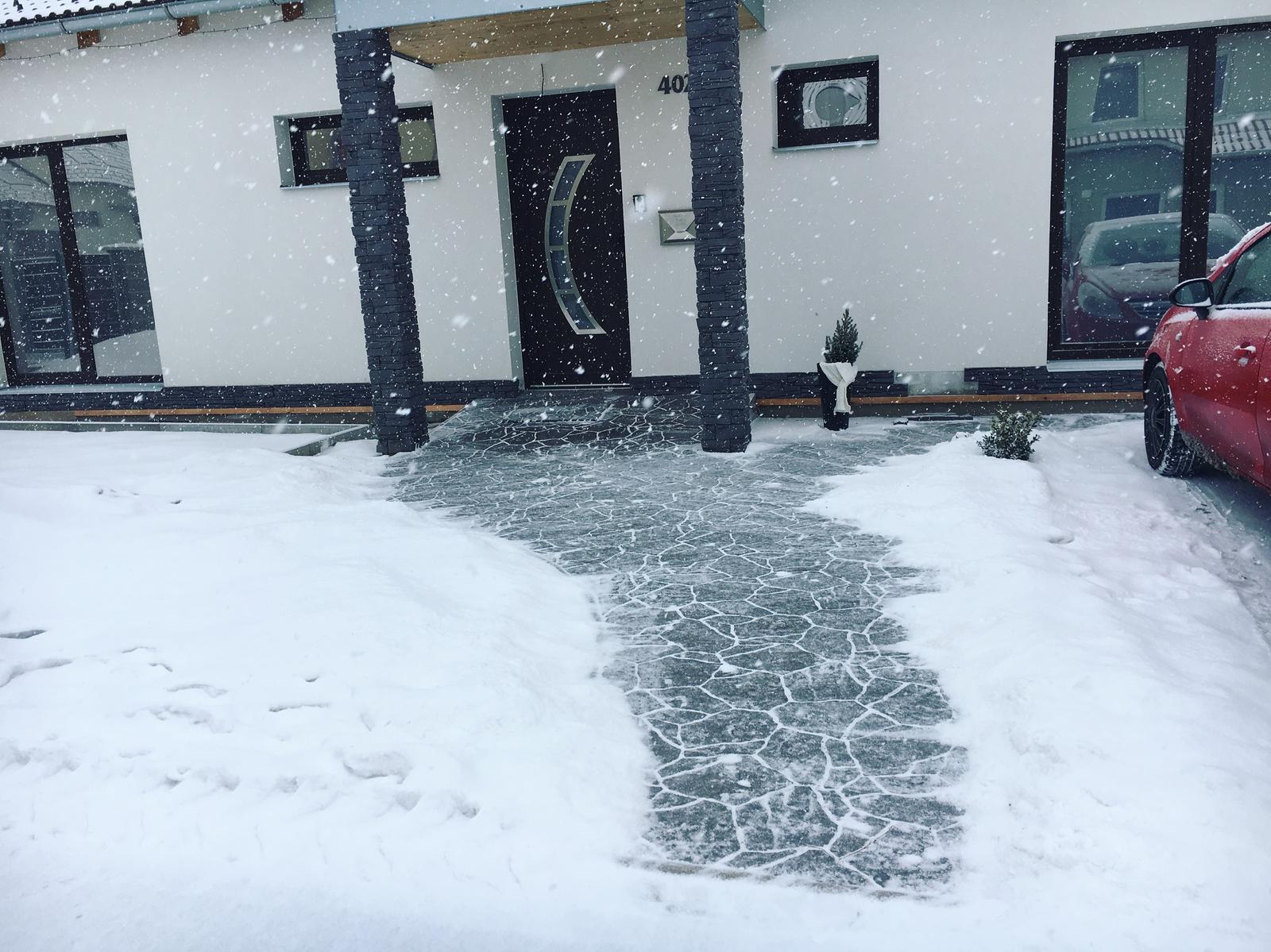 Exteriér domu snů - 7 tydnu vkuse tu máme sníh a dnes mi to začalo uz vadit 😄Každých 15 minut muzu zametat znovu a znovu
