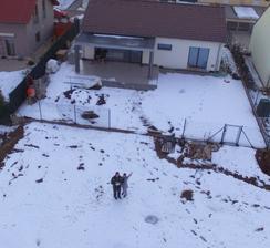 zkoušeli jsme dron, to bude super až vedle nás bude stát bazén za náma katalpy a celkově bude zahrada hotová :-D