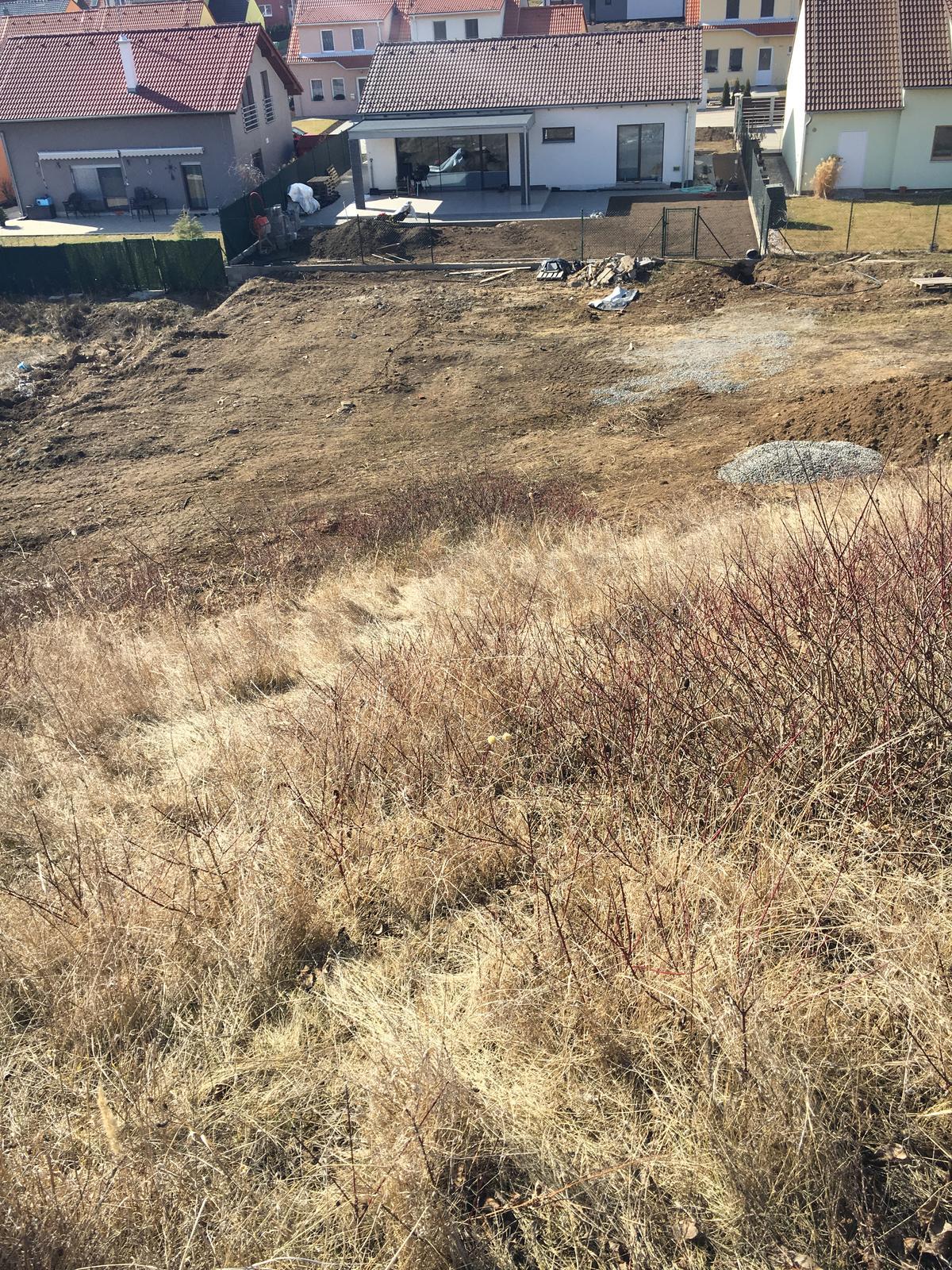 Exteriér domu snů - Na našem svahuuu, už aby dojela svahovka a strhla tu vrstvu hnusne trávy a plevelu, to pak bude nadheraa