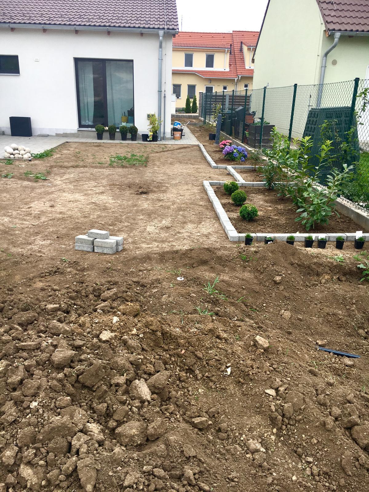 Exteriér domu snů - ještě kousek zbývá seškrábnout a pak jen 14 dní zavlažovat a čekat, až si terén sedne a huráa na tu trávu