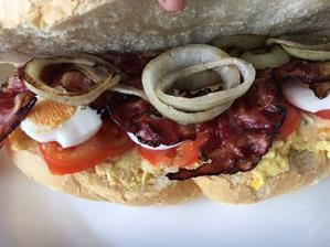 Decentní svacina vajíčko a pomazanka, rajče, vejce, opecena slanina a cibule luxuus