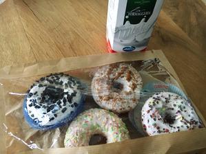 další várka donutů, kterou jsme koupili o pár minut později po té první zkušební :-D :-D opravdu zachutnaly a k tomu plnotučné mléko nejlepšííí :-D