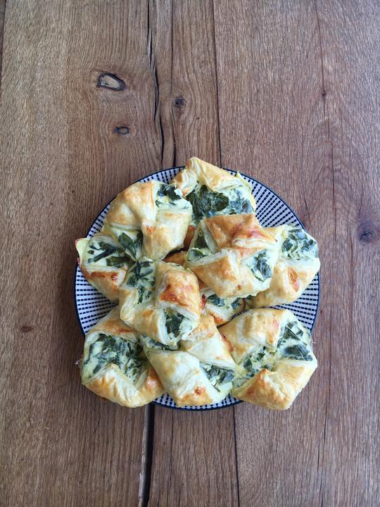 Šátečky z listového těsta s medvědím česnekem- plnotučný tvaroh, vejce, medvědí česnek, sůl