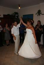 Jako novomanželský tanec jsme si vybrali rychlou písničku a zábava se rozproudila..