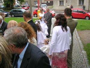 řazení před kostelem