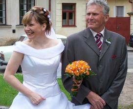 vysmátí nevěsta s taťkou před obřadem
