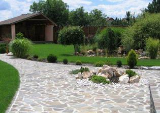 Nádherná zahrada, včetně toho přístřešku s krbem