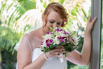 kyticku som sama vyberala - teda kvety do nej (ruze som nechcela) - takze tam su fialove orchidee, lalie biele, biele gerbery a tie male biele neviem ako sa volaju :)