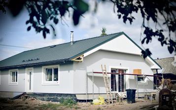Náš nový domeček..stojící na stejných základech. Plechová střecha Rukki, bílá okna a šambrány, světle šedá fasáda, bílé dřevěné podbití.