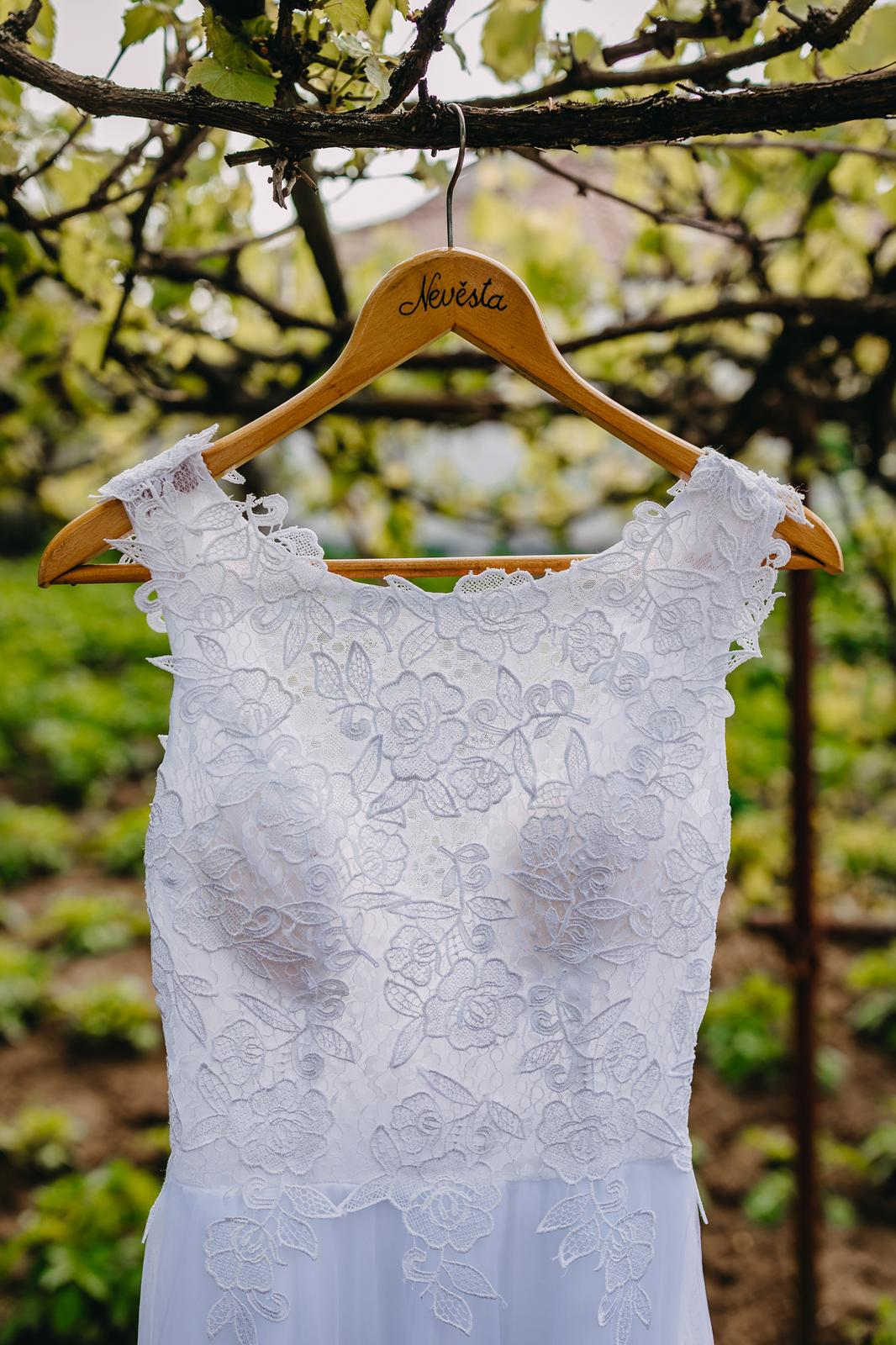Iveta{{_AND_}}Martin - Tyhle šaty nebyly láska na první pohled, ale v den D to byly ty pravé. V jednoduchosti je krása.