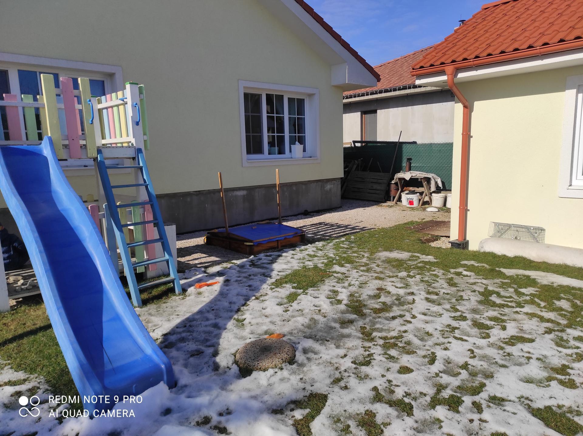 Vidiečan - pokračujeme vonku. - Ku plotu plánujem drevenú stenu za ktorú vysadim vavrinovce a paprade. Na stenu pôjde zahradna sprcha.