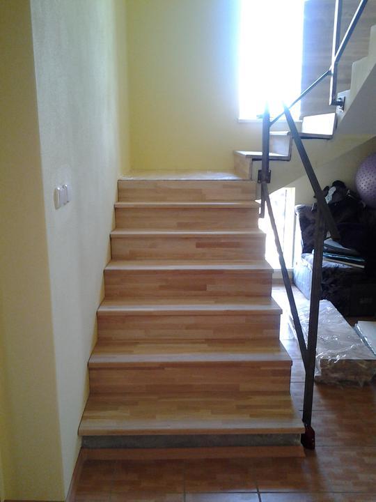 Náš domček - obkladame schody x-)