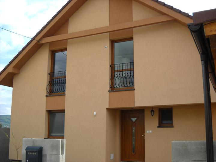 Náš domček - vpredu tiez hotovo :-)