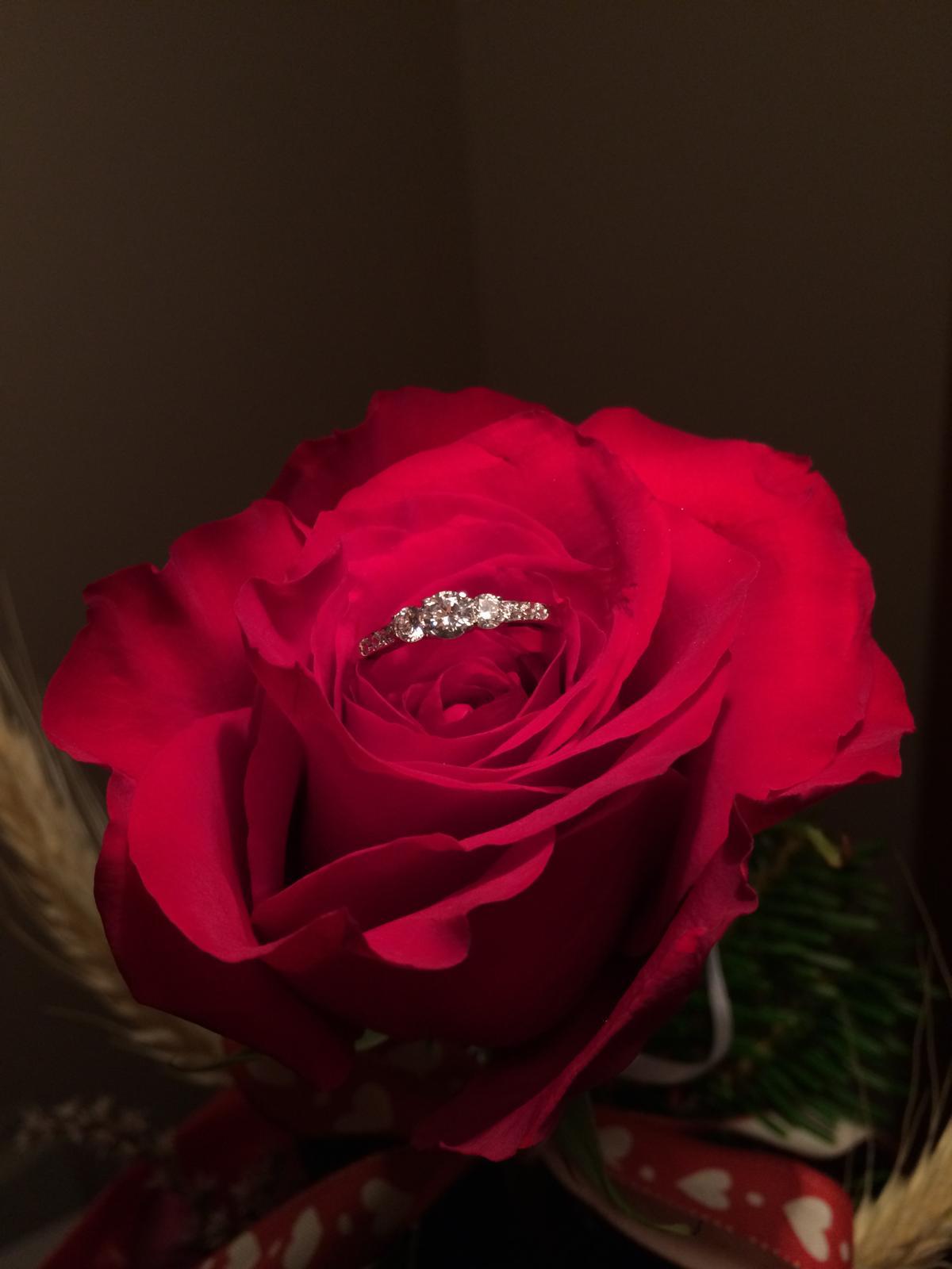 ❤ ❤ Zásnuby ❤ ❤ - Ruže dostávam od drahého často, ale táto bola výnimočná :)